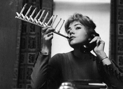 Τσιγάρου συνέχεια  για να μοιράζεστε τα πάντα όσο άβολα και αν γίνεται αυτό 56ef8d4d0df